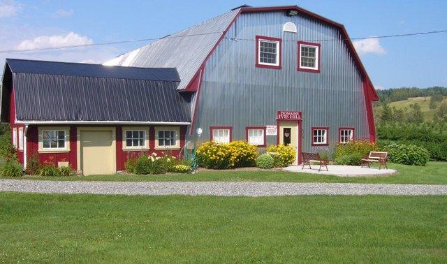 <p>Ce domaine offre des vins et ap&eacute;ritifs &agrave; base de cassis et de m&ucirc;res sauvages.</p>