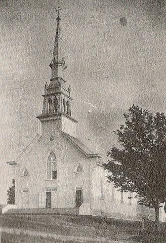 <p>Georgianna &eacute;tait catholique pratiquante et faisait partie du mouvements religieux. Voici l&rsquo;&Eacute;glise de Saint-Malo en 1905. Construite en 1883, agrandie en 1905, elle est incendi&eacute;e en 1920. Les pertes s&rsquo;&eacute;l&egrave;vent &agrave; 100 000$. Sa reconstruction d&eacute;bute en 1925 et se termine en 1927.</p>