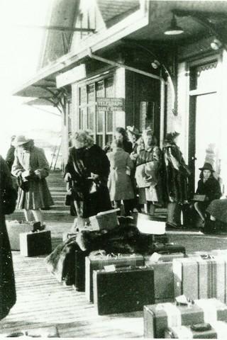 <p>Une pi&egrave;ce de la gare &eacute;tait r&eacute;serv&eacute;e aux filles du King&#39;s Hall de Compton.</p>