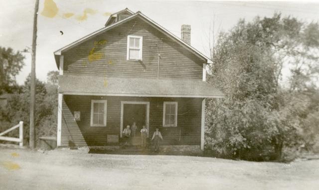 <p>De l&#39;autre c&ocirc;t&eacute; de la rue, il y avait un moulin &agrave; grains. Les deux moulins se faisaient alors face.</p>