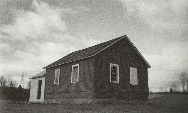 <p>Construite vers 1822, la petite &eacute;cole, avec sa seule pi&egrave;ce, fut fr&eacute;quent&eacute;e par des descendants du fondateur de Sherbrooke, Gilbert Hyatt.</p>