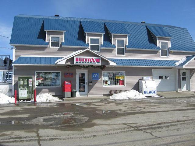<p>Ce b&acirc;timent abrite le magasin g&eacute;n&eacute;ral actuel et le bureau de poste.</p>