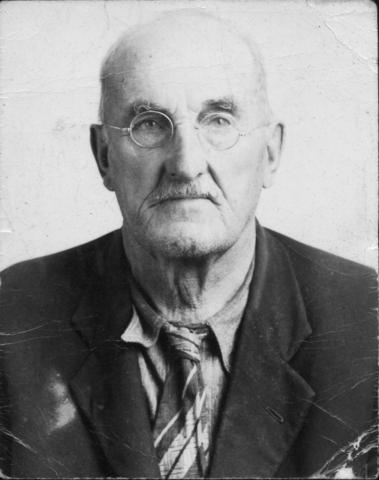 <p>Issu d&#39;une famille venue du New Hampshire vers Barnston au d&eacute;but des ann&eacute;es 1800, Walter G. Belknap a appris tr&egrave;s jeune aupr&egrave;s de son p&egrave;re le m&eacute;tier de charpentier-menuisier. D&egrave;s 1890, il travaillait d&eacute;j&agrave; &agrave; son propre compte.</p>