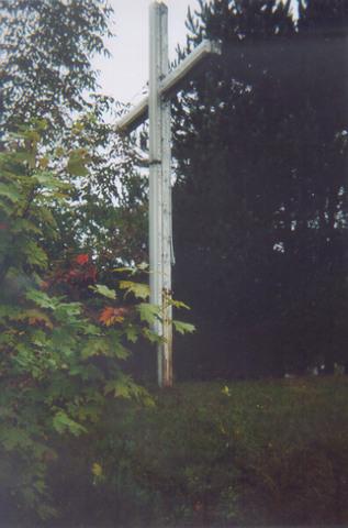 <p>Cette croix est illumin&eacute;e le soir.</p>