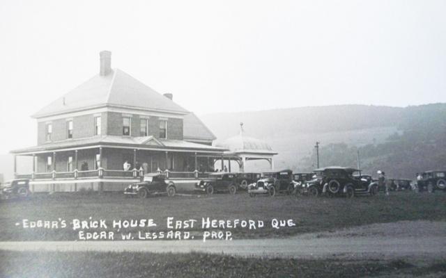 <p>Un apr&egrave;s-midi de novembre 1900, la maison, les trois granges, les abris et toutes les b&acirc;tisses de la ferme sont d&eacute;truits par un incendie. Les pertes totales s&rsquo;&eacute;l&egrave;vent &agrave; 5 000$ environ. Thomas Van Dyke fera probablement reconstruire sur le m&ecirc;me lot l&rsquo;opulente maison de brique rouge que l&rsquo;on retrouve sur la photo</p>
