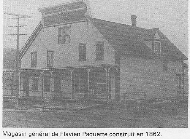 <p>Le premier magasin g&eacute;n&eacute;ral &agrave; Paquetteville &eacute;tait celui de Flavien Paquette, ouvert en 1862. C&rsquo;est en 1866 qu&rsquo;appara&icirc;t pour la premi&egrave;re fois le nom Paquetteville, en l&rsquo;honneur des Paquette.</p>