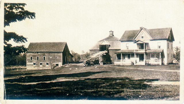 <p>La premi&egrave;re grange circulaire date de 1826. C&rsquo;est un am&eacute;ricain, M. Fowler, qui convainc les fermiers de l&rsquo;&eacute;poque de construire des b&acirc;timents de forme circulaire. M. Fowler &eacute;tait le grand-p&egrave;re de Stanley Holmes, l&rsquo;actuel propri&eacute;taire de la grange ronde. Il construisit la grange ronde actuelle au moment o&ugrave; la premi&egrave;re grange a br&ucirc;l&eacute;.</p>