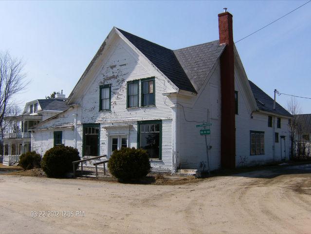 <p>Une moiti&eacute; de cette maison se trouve au Qu&eacute;bec et l&#39;autre au Vermont. Elle abritait autrefois le bureau de la municipalit&eacute; de Norton au Vermont.</p>