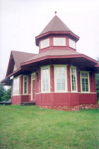 <p>La gare a toutefois &eacute;t&eacute; d&eacute;m&eacute;nag&eacute;e en 1970: il s&#39;agit d&eacute;sormais d&#39;une propri&eacute;t&eacute; priv&eacute;e.</p>
