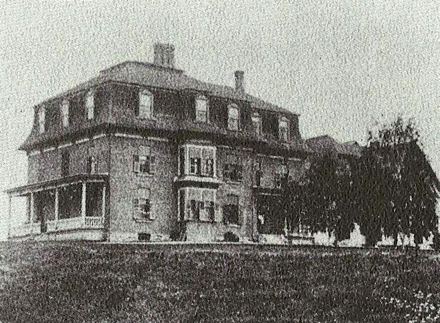 <p>La maison de M. Gale existe encore de nos jours. C&#39;est une r&eacute;sidence pour personnes &acirc;g&eacute;es et elle porte le nom de R&eacute;sidence du Manoir Gale, au 265 rue de Compton Est &agrave; Waterville.</p>