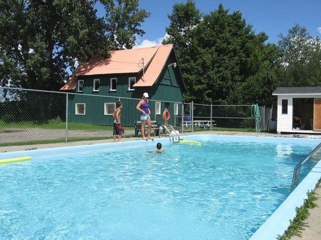 <p>&Agrave; gauche se trouve la piscine municipale dans un parc o&ugrave; l&#39;on peut aussi patiner en hiver.</p>