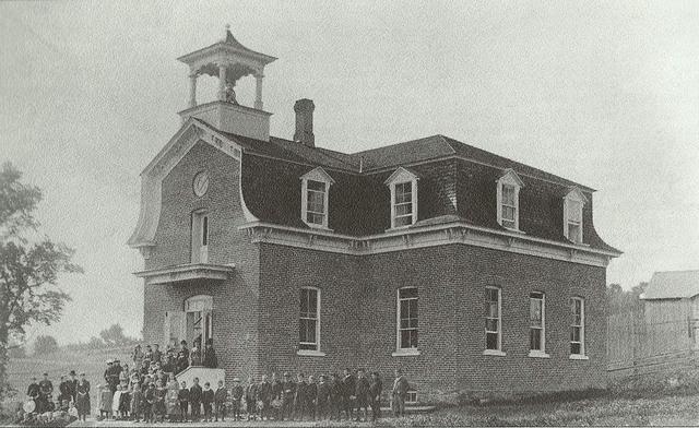 <p>Ce b&acirc;timent a chang&eacute; de vocation &agrave; plusieurs reprises au cours de son histoire. Construit en 1855, il a abrit&eacute; l&#39;acad&eacute;mie de Waterville, une &eacute;cole protestante. Par la suite, il a log&eacute; l&#39;h&ocirc;tel de ville et le Model School (autrefois l&#39;Acad&eacute;mie) qui a ferm&eacute; ses portes en 1969.</p>