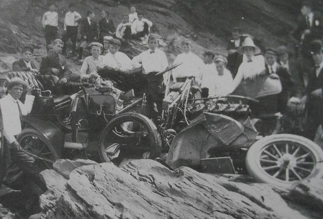 <p>Le 8 ao&ucirc;t 1909 le fr&egrave;re de Thomas Van Dyke, George, meurt dans un terrible accident. En train d&rsquo;observer en voiture le d&eacute;roulement de la drave du haut d&rsquo;une falaise, le &laquo; Baron de la Connecticut River &raquo; et son chauffeur, font une chute de vingt m&egrave;tres et s&rsquo;&eacute;crasent au sol.</p>