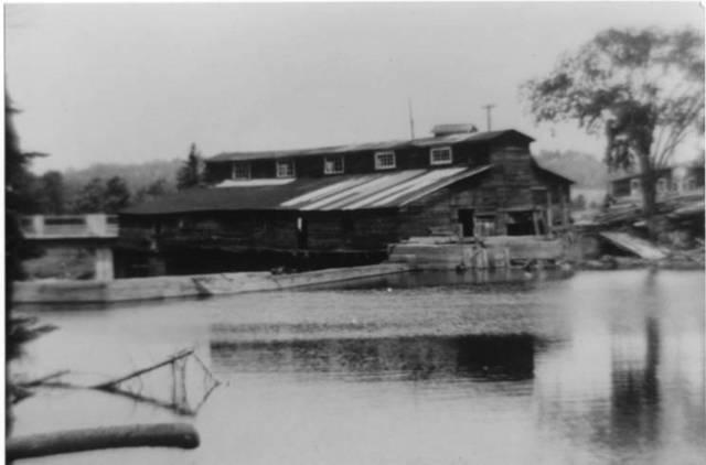 <p>Dans les ann&eacute;es 1840, le seul moulin &agrave; scie du village &eacute;tait situ&eacute; &agrave; cet endroit.</p>