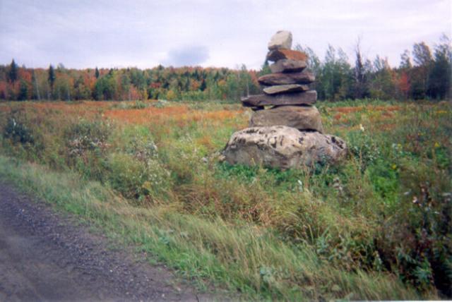 <p>Appel&eacute;es Inukshuk chez les peuples Inuits,&nbsp;ces sculptures de pierre que l&rsquo;on retrouve sur notre territoire traduisent plut&ocirc;t le d&eacute;sir de mettre en valeur les pierres pr&eacute;sentes sur les lieux o&ugrave; ils sont &eacute;rig&eacute;s.</p>