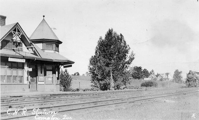 <p>Voici la vieille gare de Compton qui se trouvait pr&egrave;s de la voie ferr&eacute;e sur le chemin de la Station. Estelle s&rsquo;y rendait tous les matins pour prendre le courrier qu&rsquo;elle distribuait ensuite &agrave; certains villageois en voiture &agrave; cheval. Vendue &agrave; un particulier, la gare d&eacute;m&eacute;nage &agrave; Stanstead-Est en 1970 et est depuis une r&eacute;sidence priv&eacute;e.</p>