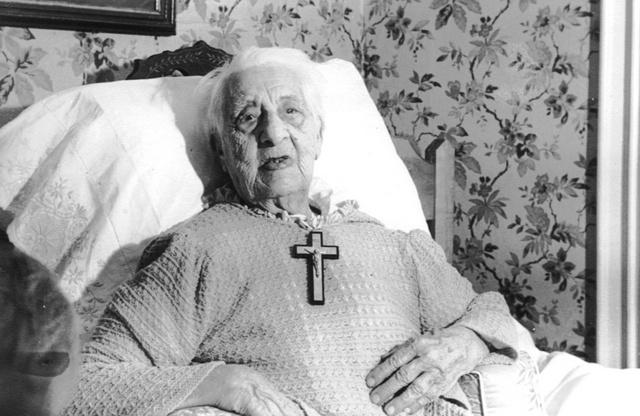 <p>Le 16 juin 1941, la famille Lefebvre se r&eacute;unit dans la maison de Saint-Venant pour f&ecirc;ter en grande pompe le centi&egrave;me anniversaire de naissance de l&rsquo;a&iuml;eule. La photo a &eacute;t&eacute; prise &agrave; cette occasion.</p>