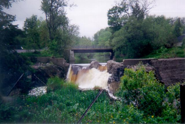 <p>Une partie du barrage original a &eacute;t&eacute; arrach&eacute;e lors d&#39;une crue des eaux en 1998.</p>