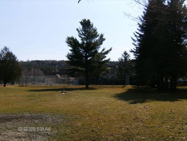 <p>Les enfants de Dixville et leur famille peuvent se d&eacute;tendre et s&#39;amuser dans&nbsp;leur parc municipal.</p>
