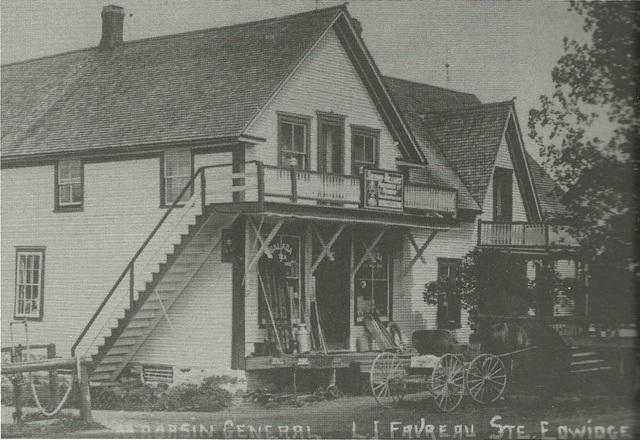 <p>&Agrave; votre gauche, dans la maison bleue, se trouvait l&#39;ancien magasin g&eacute;n&eacute;ral de M. Favreau. D&#39;ailleurs, la route 251 a &eacute;t&eacute; renomm&eacute;e chemin Favreau en l&#39;honneur de ce pionnier du village. Aujourd&#39;hui, c&#39;est un gu&eacute;risseur qui habite cette maison.</p>