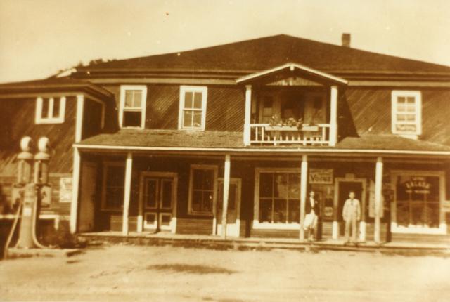 <p>En 1900, le principal magasin g&eacute;n&eacute;ral du village se trouvait sur le terrain vacant &agrave; votre gauche. Il servait aussi de salle paroissiale pour diverses activit&eacute;s.</p>