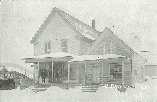 <p>Achet&eacute; de J. Mayhew en 1887, le magasin &eacute;tait situ&eacute; sur le chemin Parker. Il est renomm&eacute; Baldwin &amp; Grady&rsquo;s Store lorsque Bruce Baldwin offre un partenariat &agrave; son gendre T.J. Grady. On y retrouvait une forge, un t&eacute;l&eacute;phone, un bureau de poste, une pharmacie et un point de service de l&rsquo;Eastern Townships Bank.</p>