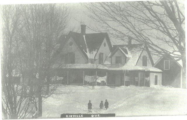 <p>En 1874, Bruce Baldwin et sa famille d&eacute;m&eacute;nagent dans le village de Dixville. Leur maison est construite au 315 chemin Parker.</p>