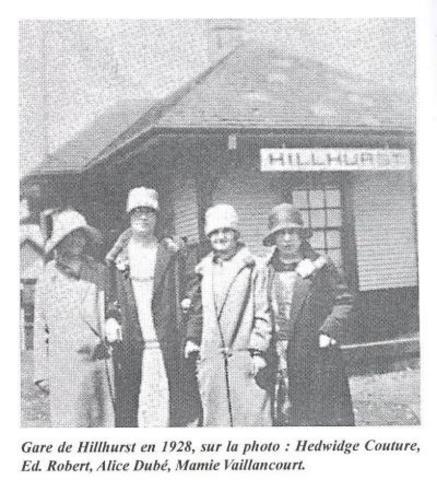 <p>Matthew Cochrane poss&egrave;de des parts dans le Grand Tronc, ce qui lui permet d&rsquo;obtenir le passage du chemin de fer dans son ranch, Hillhurst. Il fait construire la gare et les d&eacute;pendances. La gare est d&eacute;truite par le feu en 1915 et reb&acirc;tie en 1916. Elle est de nouveau consum&eacute;e par les flammes en 1920 et reconstruite la m&ecirc;me ann&eacute;e. Finalement, elle est d&eacute;molie en 1945.</p>