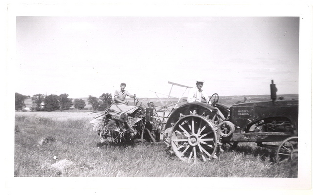 <p>Laur&eacute;at Lavoie conduit le tracteur et son fils Jacques s&rsquo;occupe de la moissonneuse, vers 1944-45.</p>