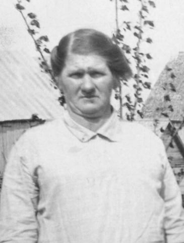 <p>N&eacute;e sur les bords du St-Laurent pr&egrave;s de La Pocati&egrave;re, Georgianna, qui avait &eacute;pous&eacute; Barth&eacute;l&eacute;my Ouellet en 1891 &agrave; Saint-On&eacute;sime de Dixworth, s&#39;est retrouv&eacute;e &agrave; Malvina en 1909 avec son mari et les huit premiers de leurs seize enfants.</p>