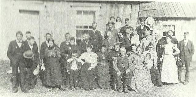 <p>La maison verte encore habit&eacute;e pr&egrave;s de la rivi&egrave;re &eacute;tait le bureau de poste, il y avait un magasin g&eacute;n&eacute;ral, etc. La petite maison abandonn&eacute;e qu&#39;on voit au fond date de 1863.</p>