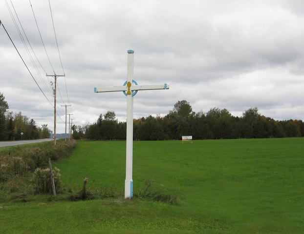 <p>Omer Veilleux &eacute;rigea cette croix de chemin sur sa propri&eacute;t&eacute; en 1950. C&#39;est d&#39;ailleurs la seule croix de chemin de Barnston-Ouest. Cette pratique &eacute;tait propre aux catholiques francophones.<br />&nbsp;</p>