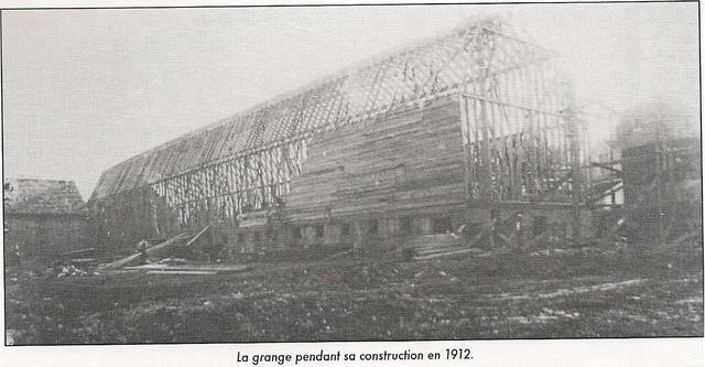 <p>La grange de la Ferme-du-Plateau est construite en 1912. &Agrave; l&rsquo;origine, elle mesurait 280 pieds (85,3 m&egrave;tres).</p>