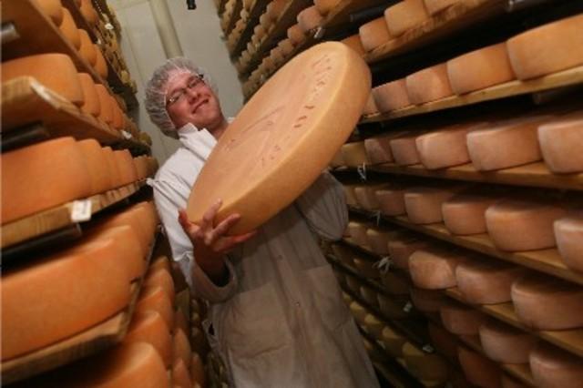 <p>Elle offre des fromages fermiers au lait cru de vache, produits biologiques.</p>