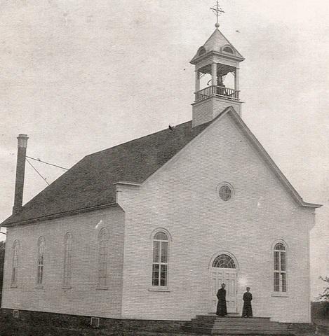 <p>La premi&egrave;re &eacute;glise de Kingscroft est construite en 1904 mais elle est d&eacute;truite par un incendie en 1911 et reconstruite l&rsquo;ann&eacute;e suivante.<br /><br />Symbole important dans la vie de madame Veilleux, l&rsquo;&eacute;glise catholique de Kingscroft&nbsp; est aussi intimement associ&eacute;e &agrave; la d&eacute;termination des paroissiens qui en ont fait un monument historique et en sont encore tr&egrave;s fiers.</p>