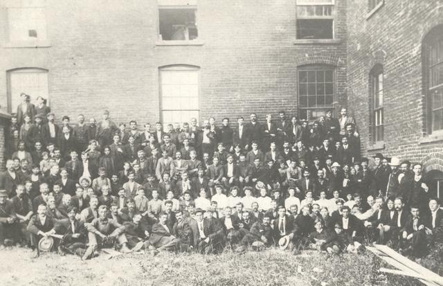 <p>Voici une photo de famille des employ&eacute;s de la Dominion Snath, jadis situ&eacute;e en bordure de la rivi&egrave;re Coaticook, au coeur de Watervile. Une autre des usines de George Gale... On y fabriquait des briques.</p>