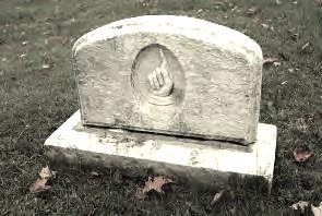 <p>L&rsquo;un des monuments du cimeti&egrave;re Ives Hill.<br />La main avec un doigt point&eacute; vers le ciel : symbole de puissance, de transcendance et de sacralit&eacute;.</p>