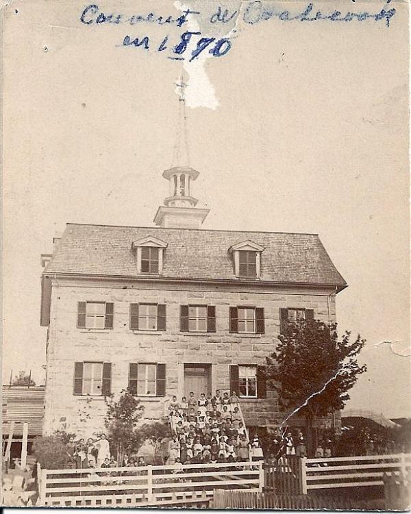 <p>L&rsquo;abb&eacute; Chartier a pay&eacute; pour la construction du couvent. Cette photo de 1880 est la version originale de l&rsquo;&eacute;tablissement.</p>