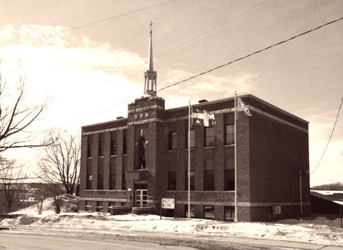 <p>L&rsquo;&eacute;cole St-Edmond construite en 1931 abrite les bureaux de la MRC de Coaticook depuis 1997.</p>