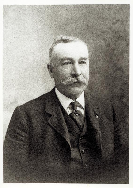 <p>Arthur O. Norton est natif de Kinsgcroft. Il s&rsquo;est taill&eacute; une r&eacute;putation internationale comme fabricant de crics pour l&rsquo;industrie ferroviaire. Ses usines &eacute;taient situ&eacute;es &agrave; Boston et &agrave; Coaticook.<br /><br />En 1870, il &eacute;pousa Helen Richardson de Coaticook. Le couple eut deux enfants.</p>