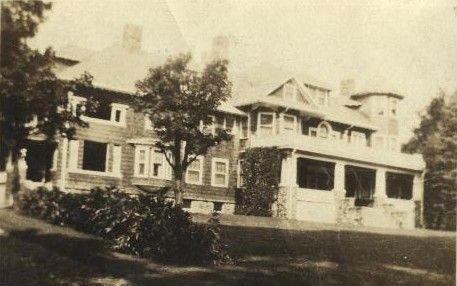 <p>Le ch&acirc;teau Norton, la maison de r&ecirc;ve d&rsquo;Arthur Osmore, a &eacute;t&eacute; construite en 1912 par l&rsquo;entrepreneur constructeur Charles Henry Robinson. Le b&acirc;timent restera dans la famille pendant 30 ans.</p>