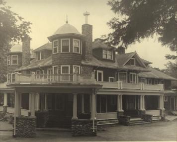 <p>En 1942, le ch&acirc;teau Norton devint un pensionnat pour les jeunes filles de l&rsquo;&Eacute;glise anglicane du Canada. On l&rsquo;appelait le Bishop Mountain Hall.</p>