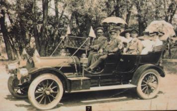 <p>La famille Norton &eacute;tait tr&egrave;s fortun&eacute;e. Elle a &eacute;t&eacute; l&rsquo;une des premi&egrave;res &agrave; poss&eacute;der une voiture, comme celle-ci.</p>