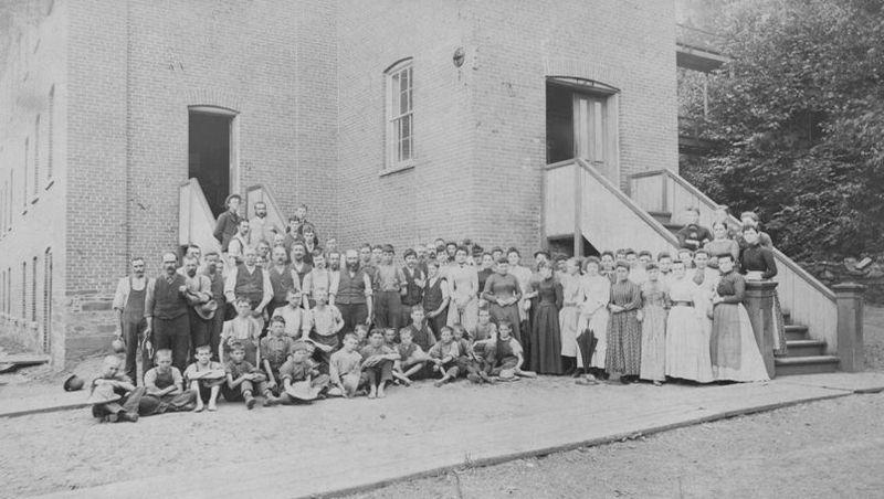 <p>L&rsquo;usine Penman&rsquo;s a &eacute;t&eacute; b&acirc;tie en 1871. Elle fabriquait des v&ecirc;tements d&rsquo;hiver ainsi que des souliers.</p>