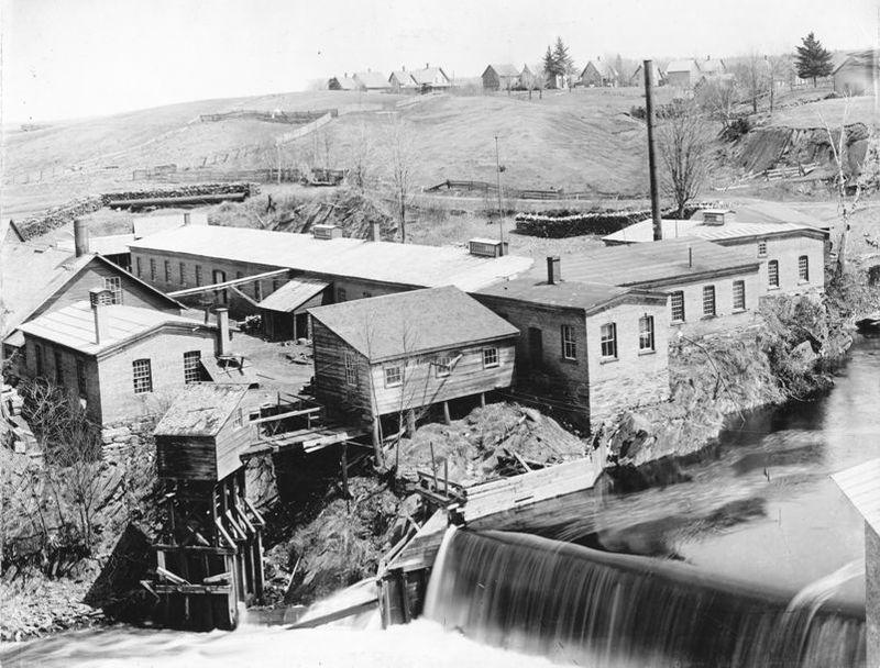 <p>L&rsquo;usine fond&eacute;e par Sleeper et Akhurst dans les ann&eacute;es 1860-1870 fut une des premi&egrave;res &agrave; &ecirc;tre actionn&eacute;es par un pouvoir &eacute;lectrique. MM. R. Roy et E. Yves l&rsquo;ach&egrave;teront en 1891 et cette usine deviendra la Coaticook Electric Light &amp; Power.</p>