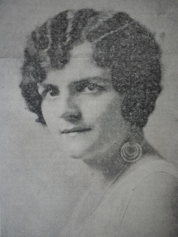<p>Artiste lyrique des ann&eacute;es 1920-1930, Jeanne faisait la fiert&eacute; de son p&egrave;re, Denis-Stanislas Bachand, un commer&ccedil;ant prosp&egrave;re qui contribua au d&eacute;veloppement culturel et &eacute;conomique de la communaut&eacute; francophone de Coaticook au vingti&egrave;me si&egrave;cle.</p>