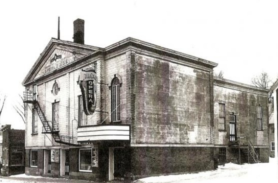 <p>Jeanne Bachand-Dupuis performed several times at the Coaticook opera house. This theatre was, in the mid-19th century, converted into a movie theatre.</p>