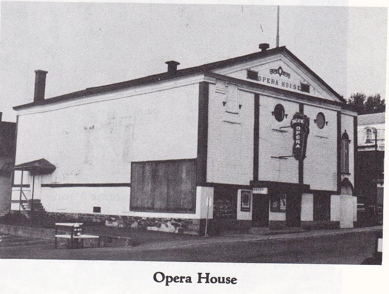 <p>L&#39;Opera House de Coaticook, situ&eacute; sur la rue Main Ouest, fut en fonction d&egrave;s le d&eacute;but du XXe si&egrave;cle jusqu&#39;en 1981.</p>