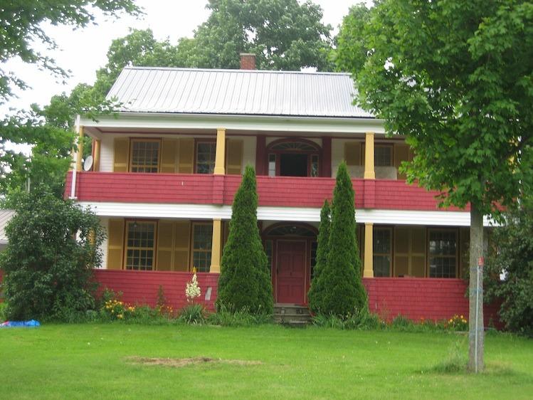 <p>Construite en 1801, cette maison &eacute;tait un relais de diligence entre Qu&eacute;bec et Boston, aux &Eacute;tats-Unis. Remarquez sa fenestration particuli&egrave;re.</p>