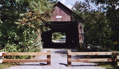 <p>Ce pont chevauche la rivi&egrave;re Moe.</p>